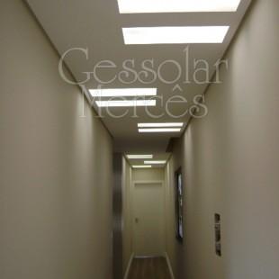 Gesso no corredor com luminárias